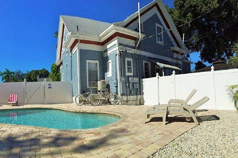 Ansicht vom Pool auf die Villa