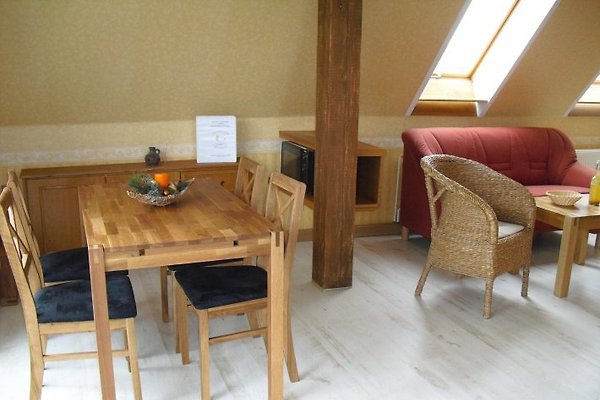 Heller Wohn-u. Essbereich, große Fensterfront mit Naturblick, Tisch erweiterbar bis 6P.