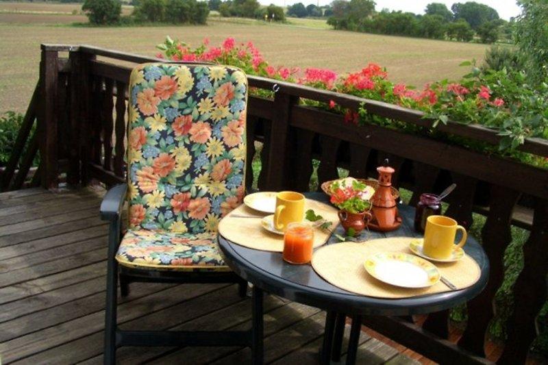 Frühstück auf dem Balkon mit Blick in die weite Landschaft