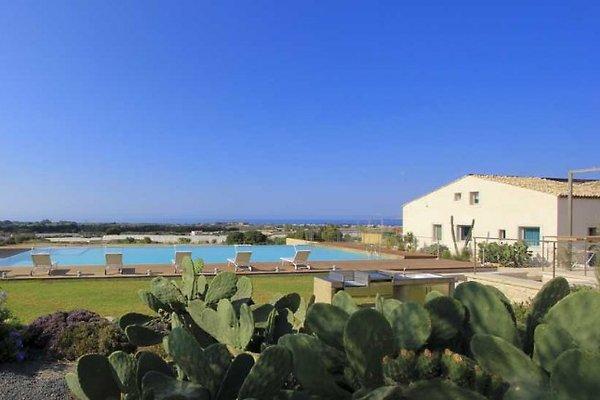 Un elegante complejo con piscina en Marina di Ragusa - imágen 1