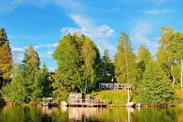 Unser schwarzes Ferienhaus mit Seeterrasse liegt direkt am See