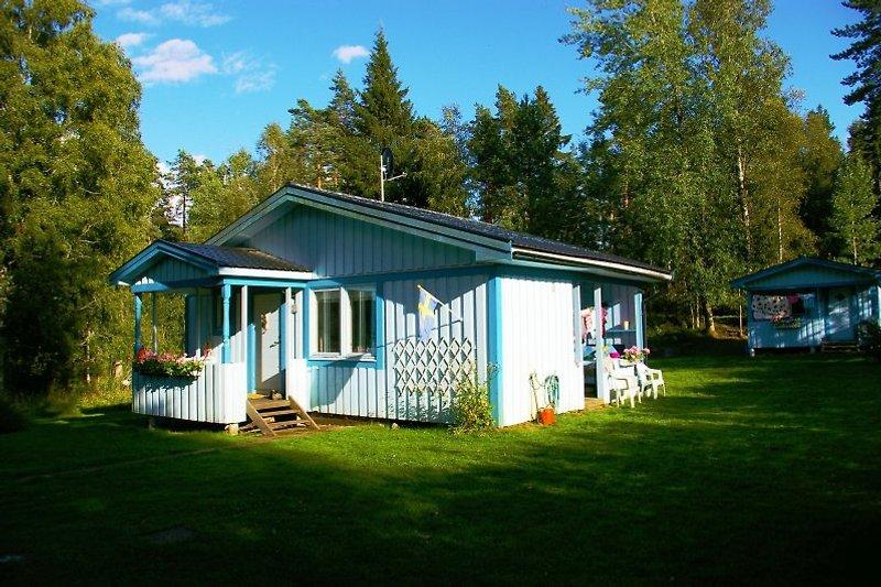 Kein Sorge - Das kleine Häuschen im Hintergrund ist KEIN Nachbar sondern das Gästehaus auf Ihrem Grundstück das immer zum blauen Sommerhaus dazugehört.