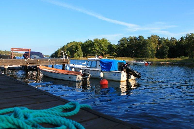 Unten am Pier liegt ein ruderboot für Sie bereit