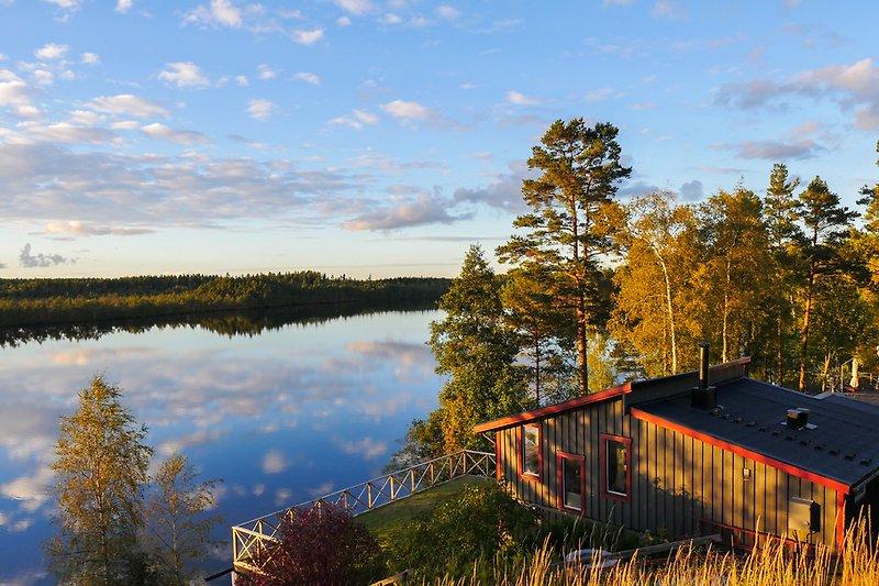 Unser graues Ferienhaus thront über dem Langen See