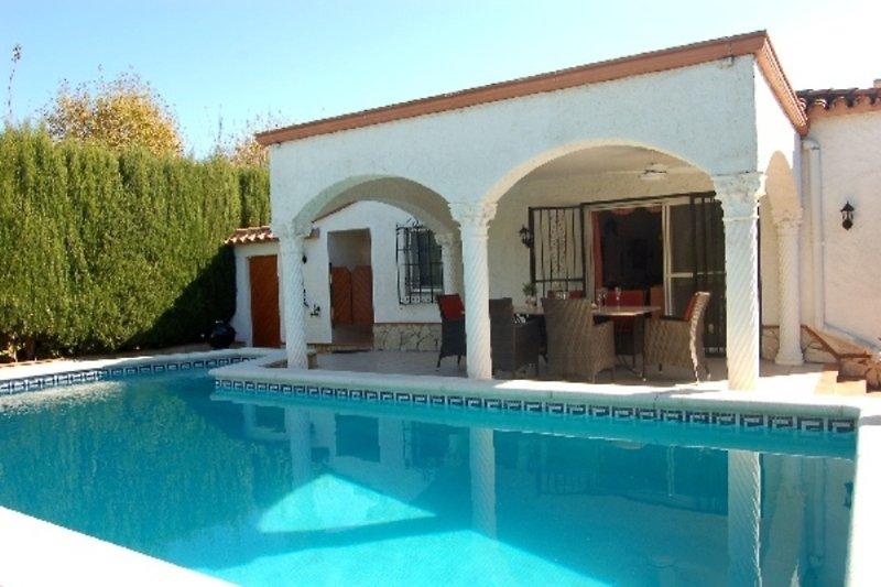 Villa Luis con piscina, sul canale, 6 P. in Empuriabrava - immagine 2