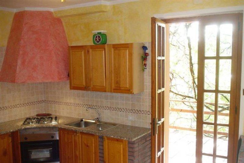 die moderne Küche mit direktem Zugang auf die sonnige Terrasse