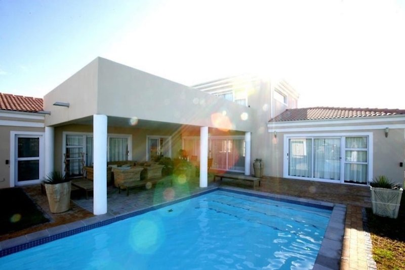 Terrasse & Pool-Ansicht