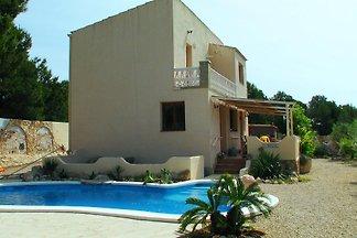 Lieben sie Ruhe, Raum und ein Pool? Casa Peregil ist ein freistehendes Landhaus für maximal 6 Personen mit einem modern gestalteten privaten Pool von 7x4 m. Hunde sind gestattet.