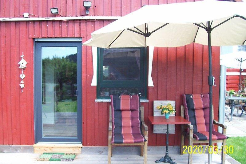 Die Holzterrasse am Haus mit neuer Tür