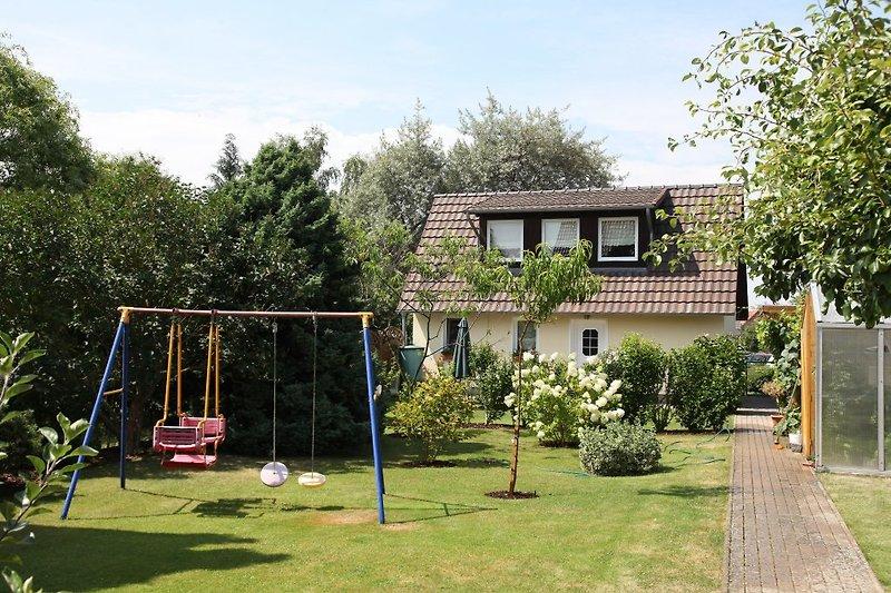 Garten mit Kinderschaukel