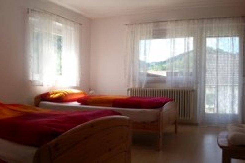 Schlafzimmer 1 mit getrennten Betten und Zugang Balkon