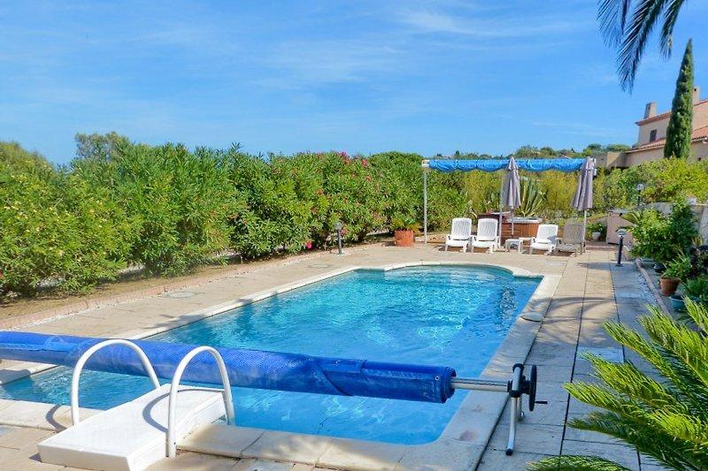 Ferienhaus mit Pool und Meerblick auf der Halbinsel GiensPool mit Liegen