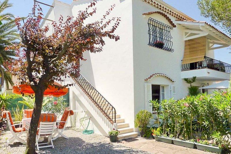 Ferienwohnung mit Sitzplatz im Garten und Balkon in Saint-Raphael