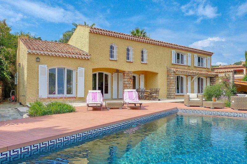 Ferienhaus mit Pool und Meerblick am Strand in Carqueiranne