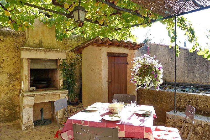 Terrasse mit Außengrill im Ferienhaus in Aups