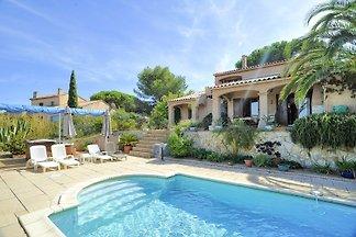 Casa de vacaciones con piscina frente al mar