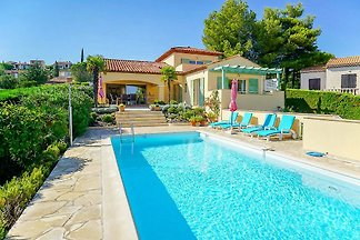Villa with pool and sea view in a residential area