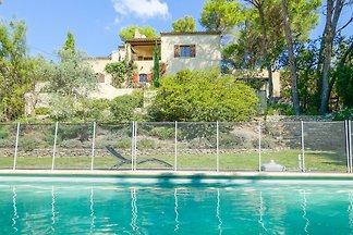 casa de vacaciones en una ladera con piscina