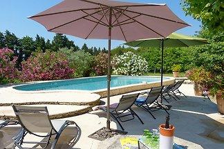 casa de campo provenzal con piscina