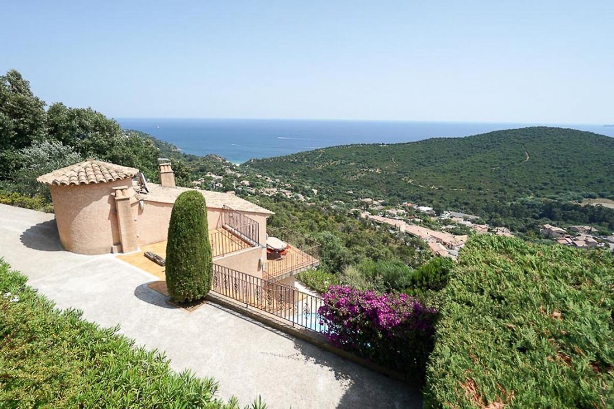 Villa avec vue mer et piscine maison de vacances for Camping cavalaire sur mer avec piscine