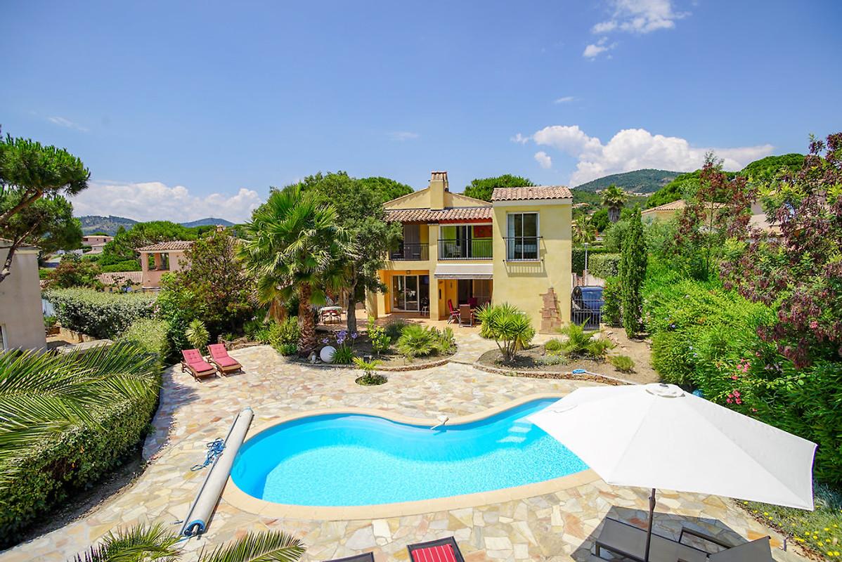 villa avec piscine chauff e maison de vacances les issambres louer. Black Bedroom Furniture Sets. Home Design Ideas