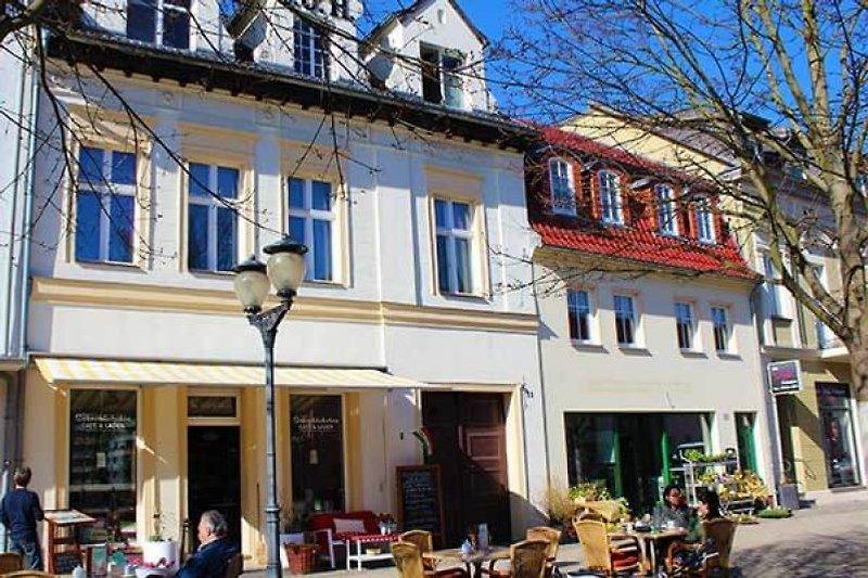 Vorderhaus mit Cafe