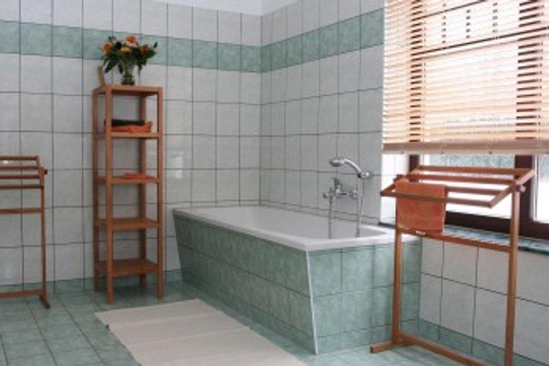 Das untere Bad ist auch für sperrige Rollstühle geeignet.