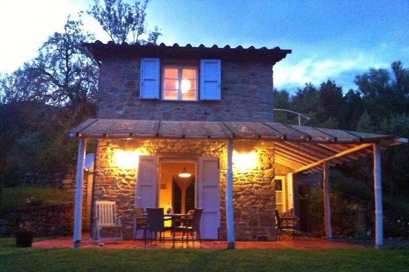 Romantisches Ferienhaus am Abend