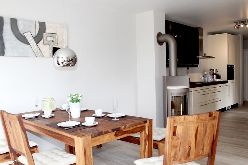 moderne, helle Wohnung mit Kamin
