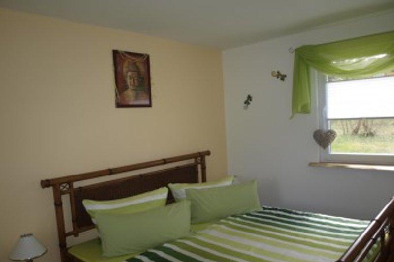 Schlafzimmer mit 180cm Bett