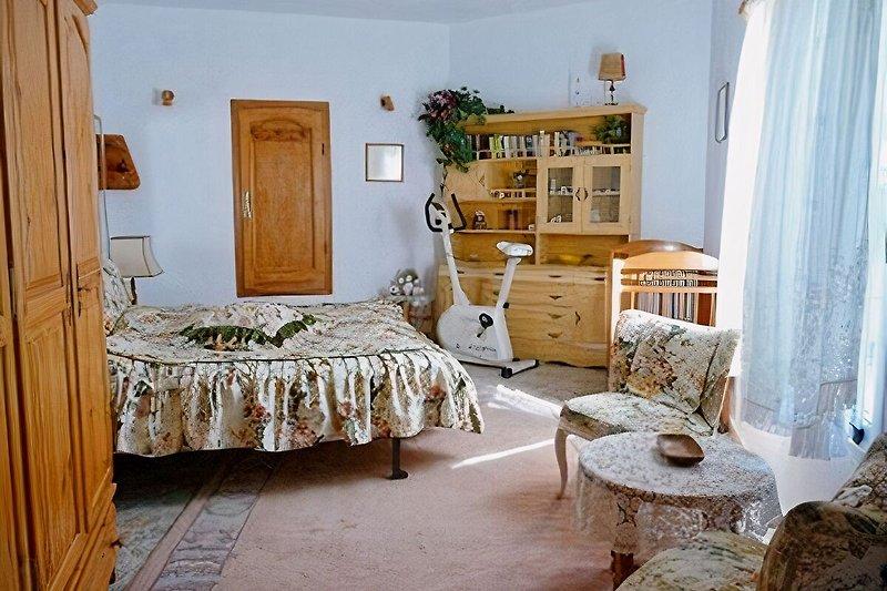 Doppelbett mit Kinderbettchen