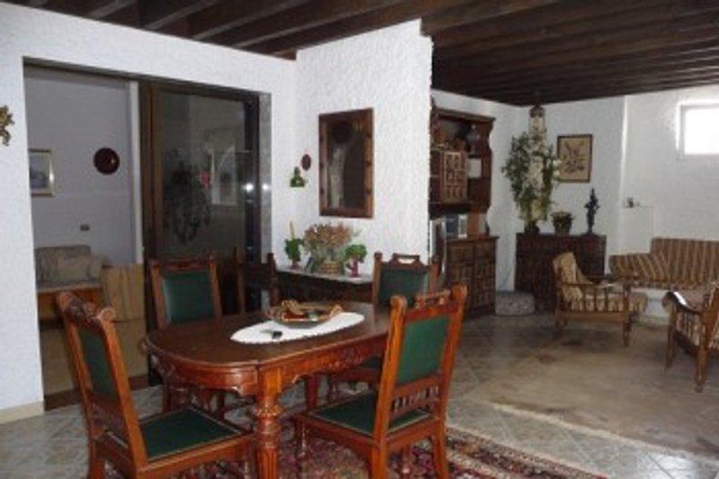 Wohnzimmer mit Speisezimmer