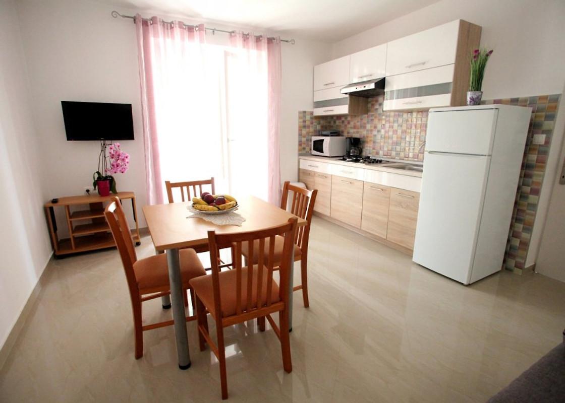 Ivana centraal gelegen nieuwe vakantie appartement in vrbnik huren - Centraal koken eiland ...