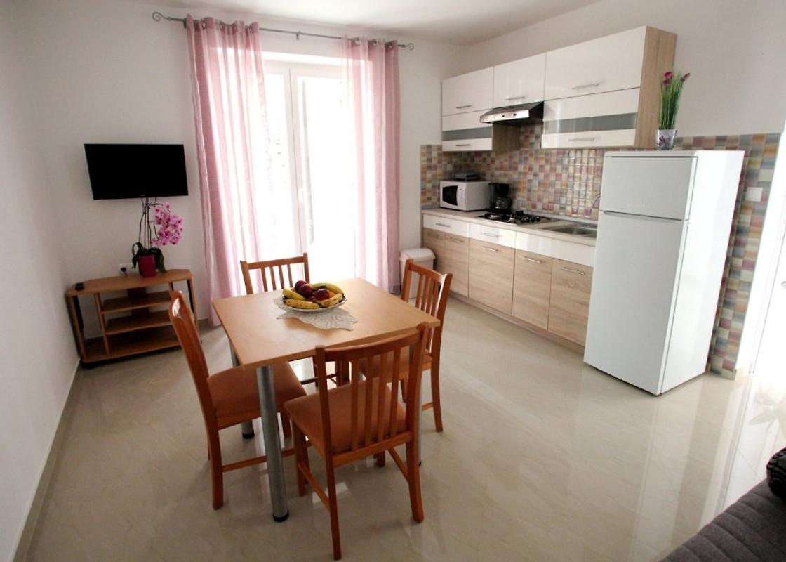 Ivana centraal gelegen nieuwe vakantie appartement in vrbnik huren - Tafel centraal eiland ...