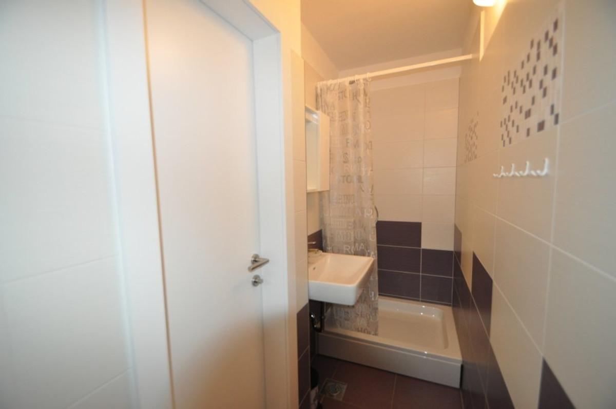 Draga 2 nieuw centraal en rustig vakantie appartement in vrbnik huren - Tafel centraal eiland ...