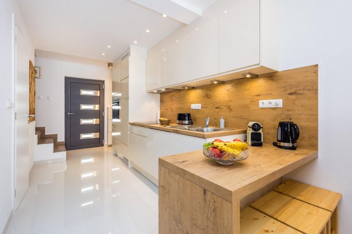 Vesna 1 super uitgerust centraal vakantie appartement in vrbnik huren - Tafel centraal eiland ...