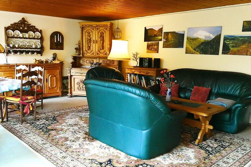 Großer Wohnraum mit TV und WLAN