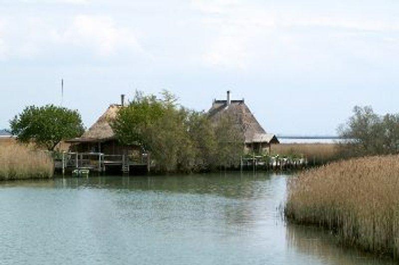 Der Fluss Stella mit seinen berühmten Fischerhütten..