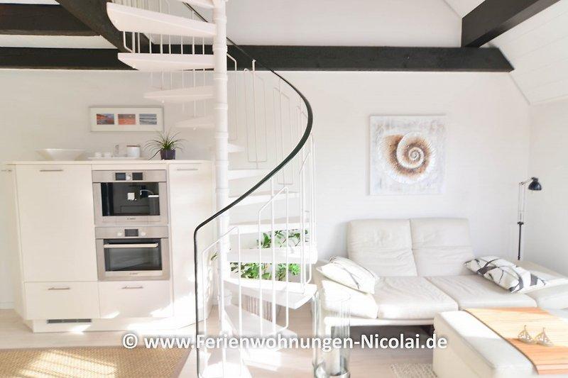helles, lichtdurchflutetes Wohnzimmer mit Meerblick