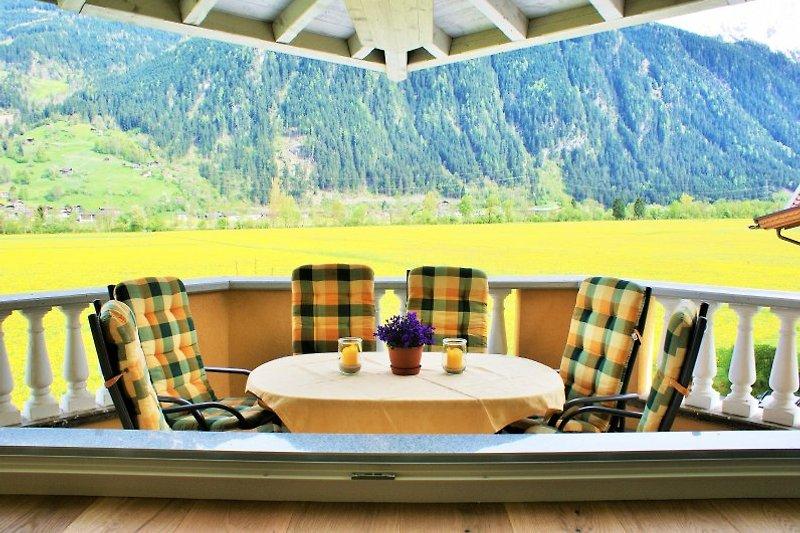 Blick vom überdachten Balkon auf das schöne Zillertal
