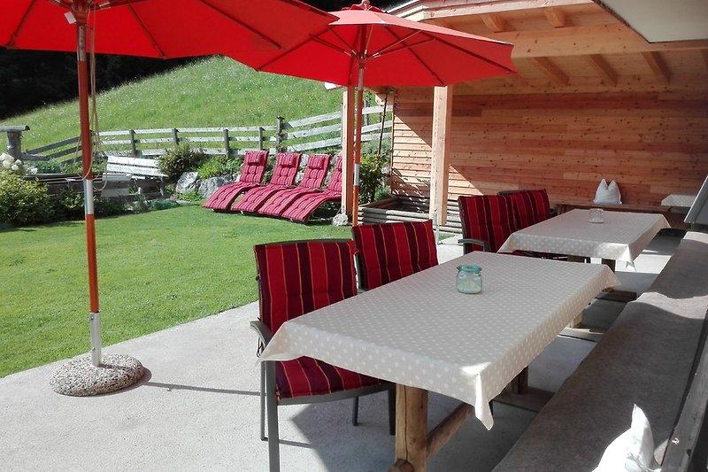 Terrasse, teils überdacht mit Gartenbereich