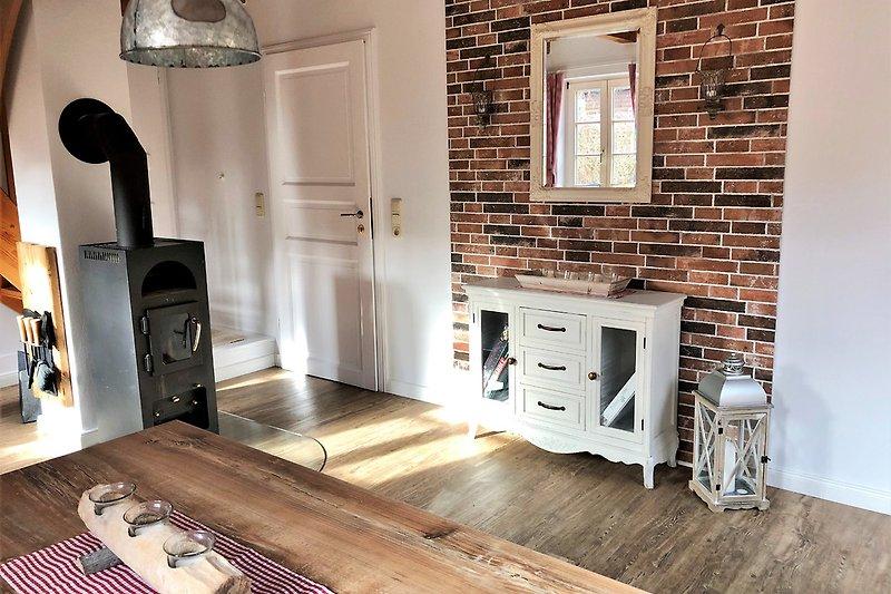 Wohnraum mit Kaminofen und gemütlichem Essplatz