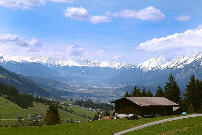 Aussicht von der Terrasse ins Inntal bis nach Innsbruck