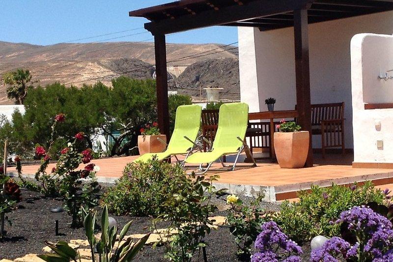 Schöne Terrasse mit Fernblick zum idyllischen Garten
