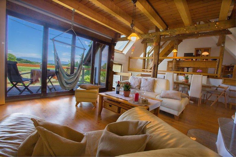 helles großes Wohnzimmer mit grandioser Aussicht, Kamin und Heimkino