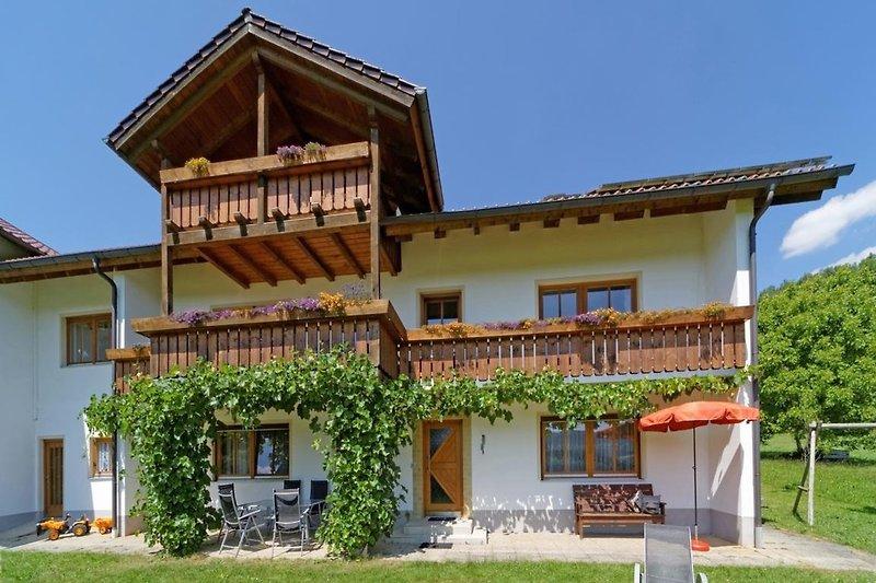 Haus, Terrasse, Liegewiese, Grill, Weinlaube, Spielplatz
