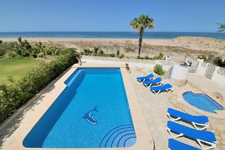 Villa with pool directly on the sandy beach