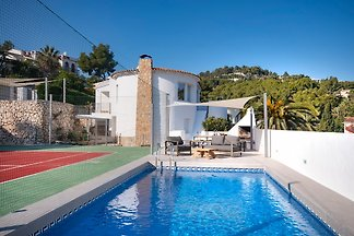 Villa mit Tennisplatz und Pool