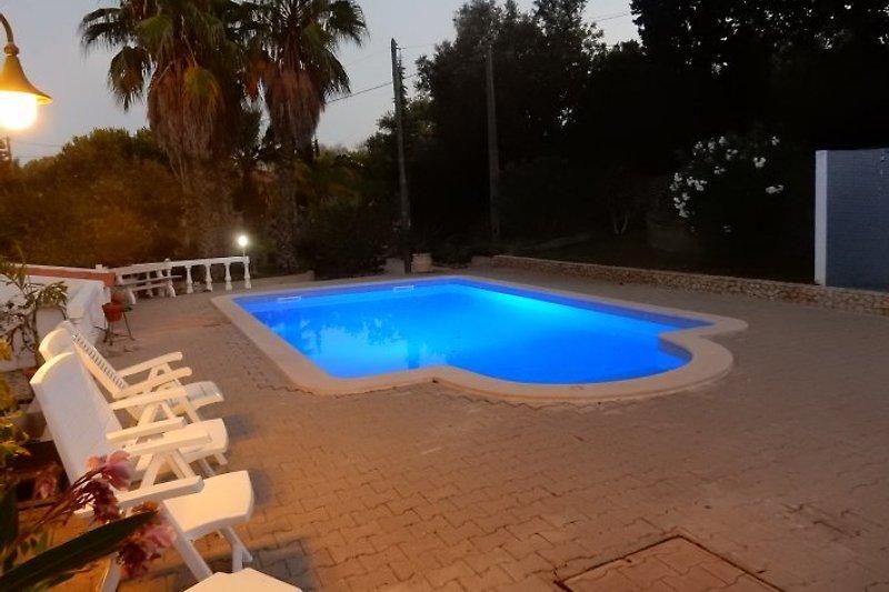 Erleuchtetes Privates Schwimmbad