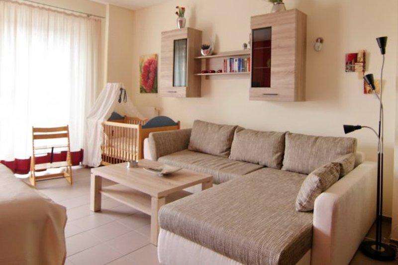 Wohnbereich mit Kinderbett